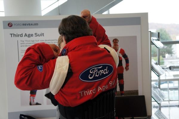 Third Age Suit von Ford, beim Anziehen