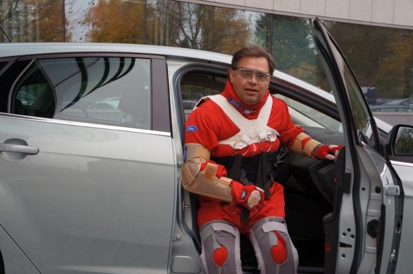 Third Age Suit von Ford, wie steigt man in ein Auto? Grummel...