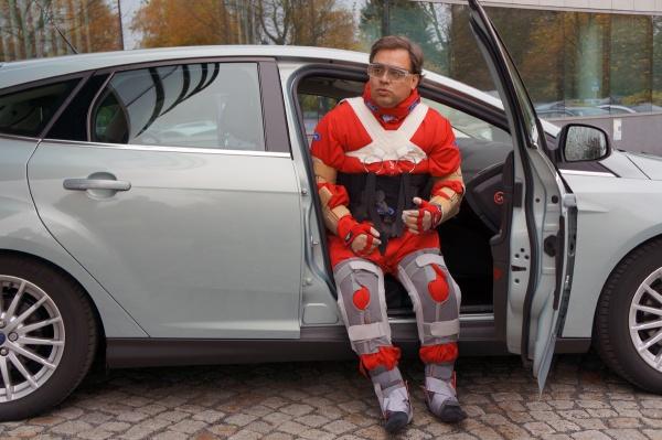 Third Age Suit von Ford, wie steigt man aus einem Auto? Raus nur mit Haltegriff am Dach