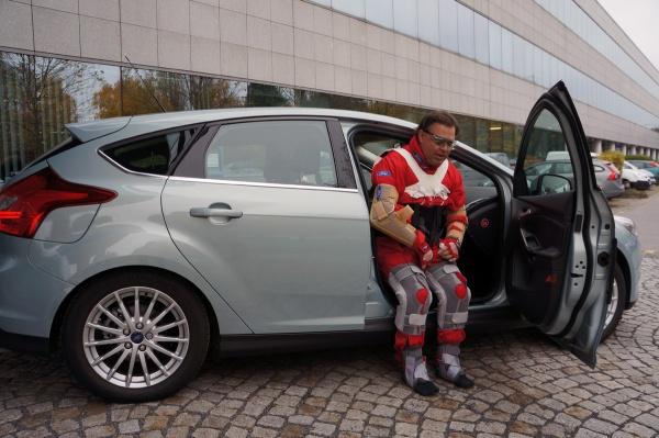 Third Age Suit von Ford, wie steigt man in ein Auto?
