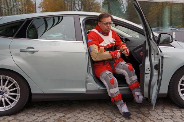 Third Age Suit von Ford, wie steigt man in ein Auto? Mit dem Po voran